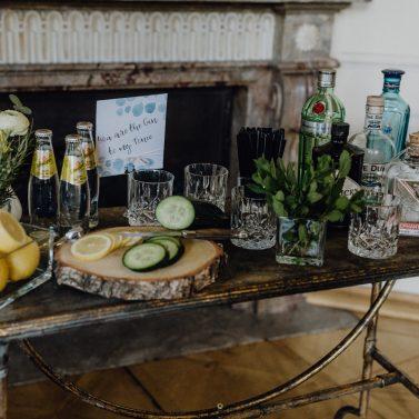 Urban heiraten in Blau und Gelb mit cooler Gin Bar