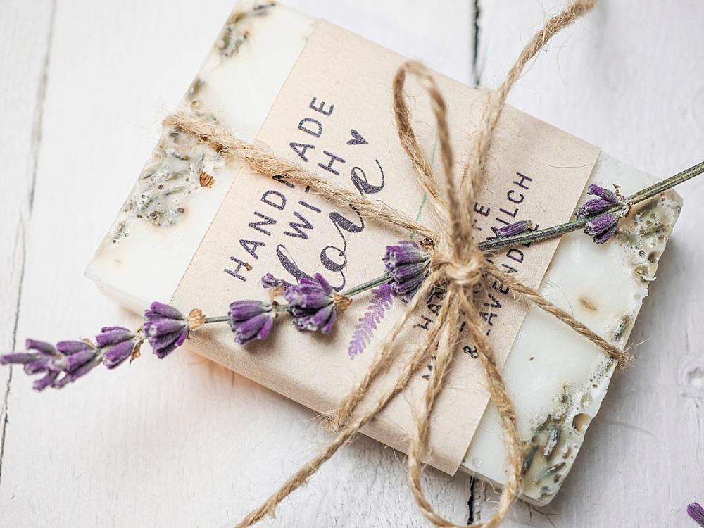Lavendelseife als Gastgeschenk für Hochzeit selber machen, DIY Gastgeschenk Lavendelseife, seife selber machen