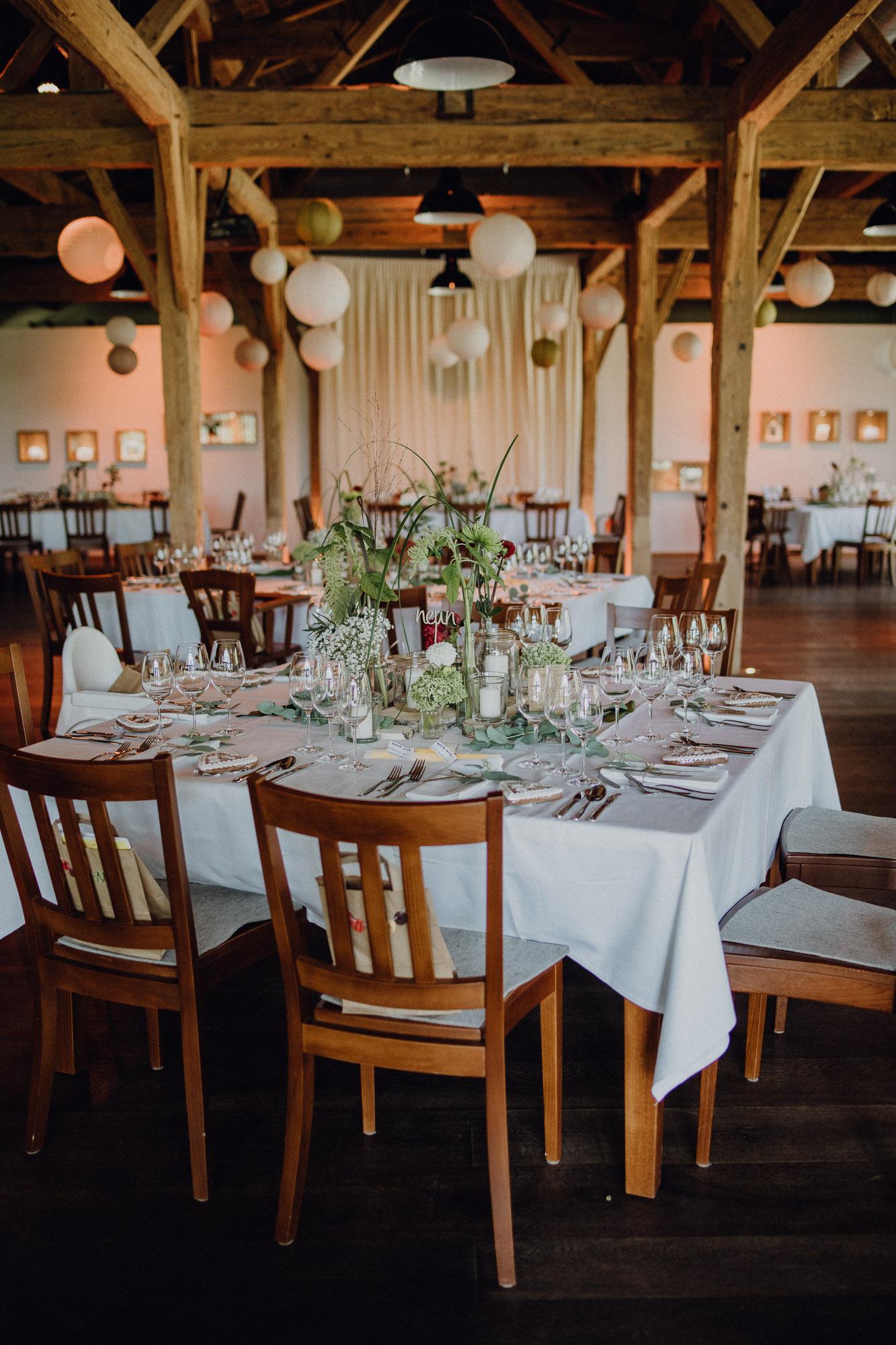 Tischdekoration rustikal für Hochzeit in Rot und Grün