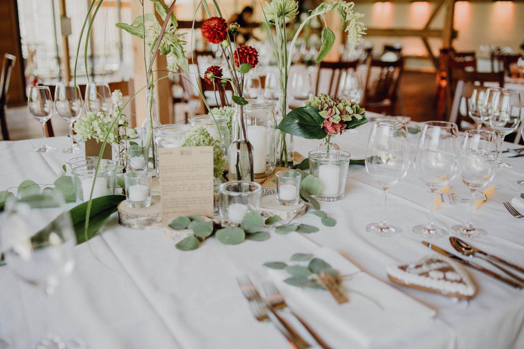 Tischdeko rustikal Hochzeit, Ideen für Tischdeko in Grün und Rot