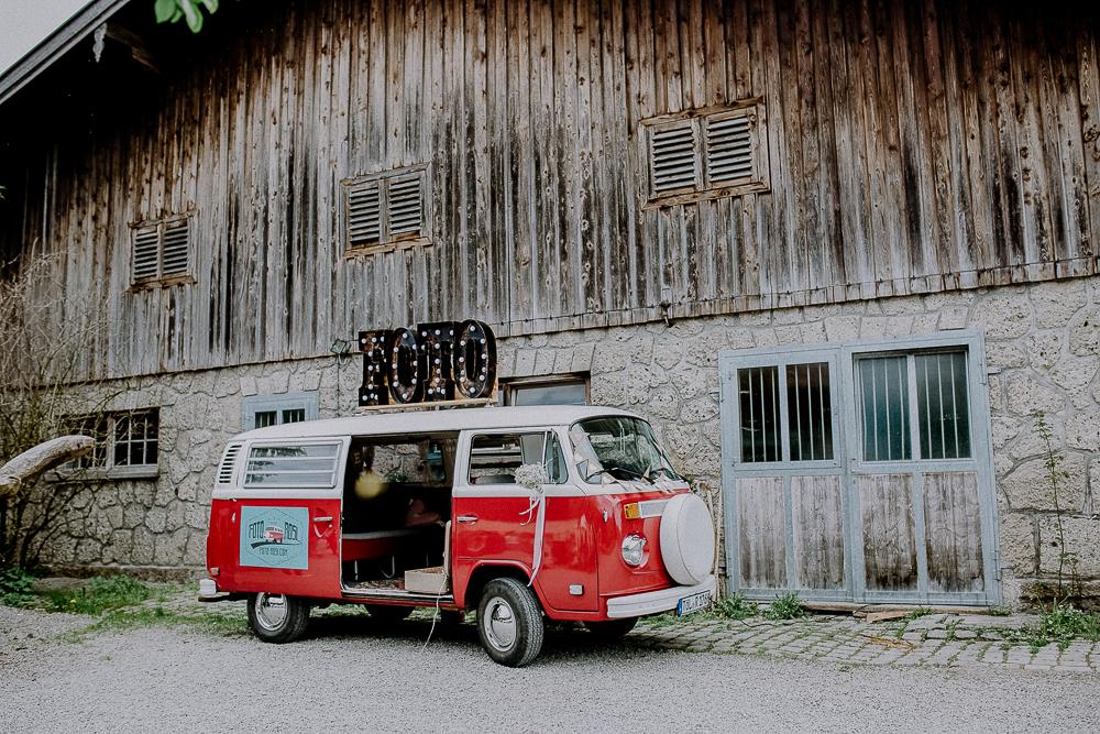 mobile Fotobooth im VW Bulli mieten in Bayern, roter VW Bulli als Fotobooth für Hochzeit