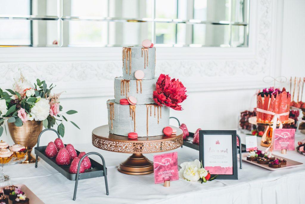 Kuchenbuffet Ideen Hochzeit, Sweet Table mit Torte in Betonoptik, Drip Cake und Guglhupf für Hochzeit,