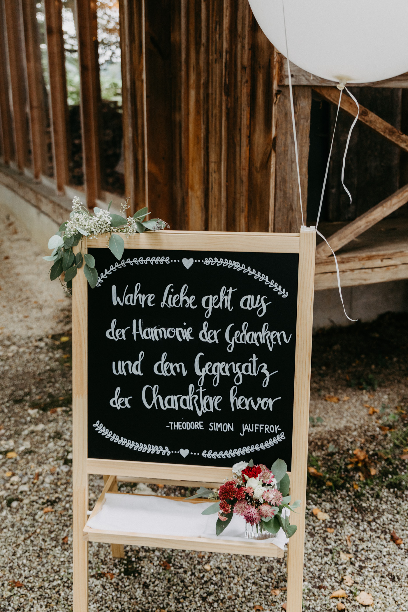 Hochzeitsschild am Eingang, Dekoideen für die freie Trauung mit Kreidetafel und Luftballon