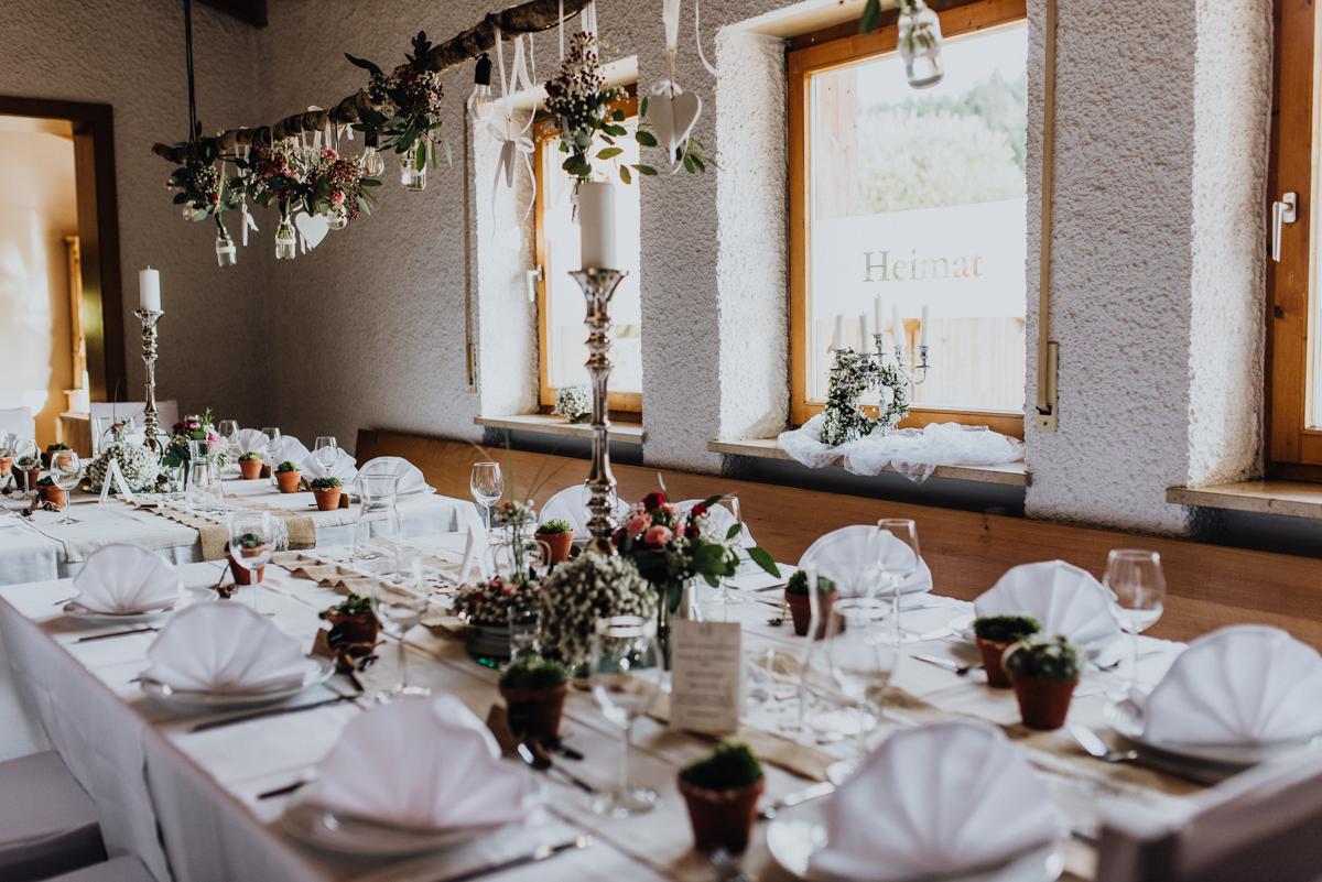 Tischdekoration Hochzeit rustikal rosa weiß Schleierkraut