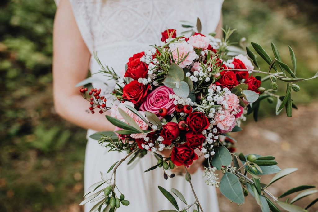 Brautstrauß rot modern, Brautstrauß rote Rosen, Brautstrauß boho