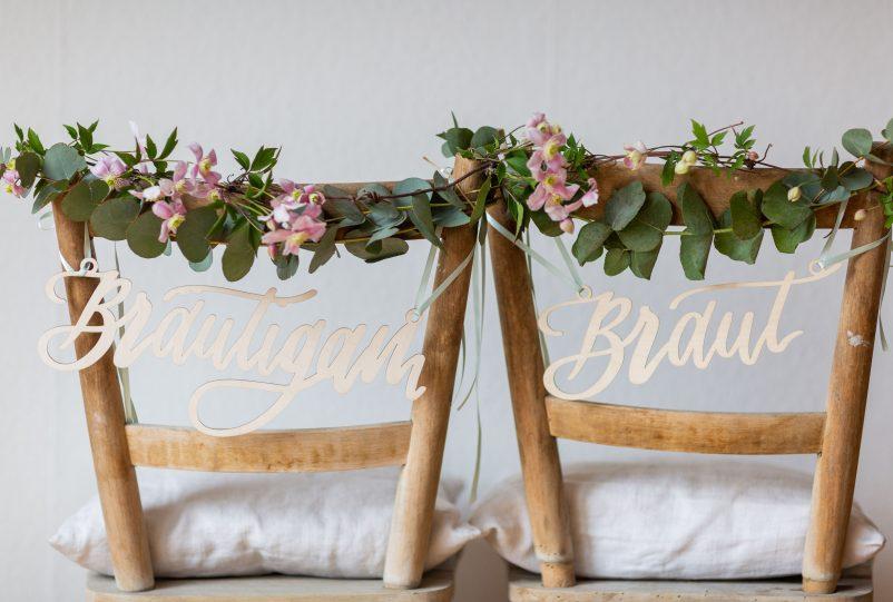 """Stuhlschild Hochzeit """"Braut"""" und """"Bräutigam"""": 3 Ideen für die Dekoration"""