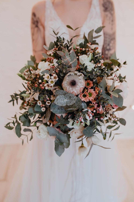 Brautstrauß mit Eukalyptus und Wachsblumen, Protea