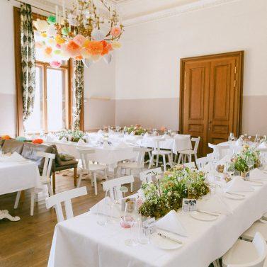 Bunte Schlosshochzeit mit DIY Dekoration