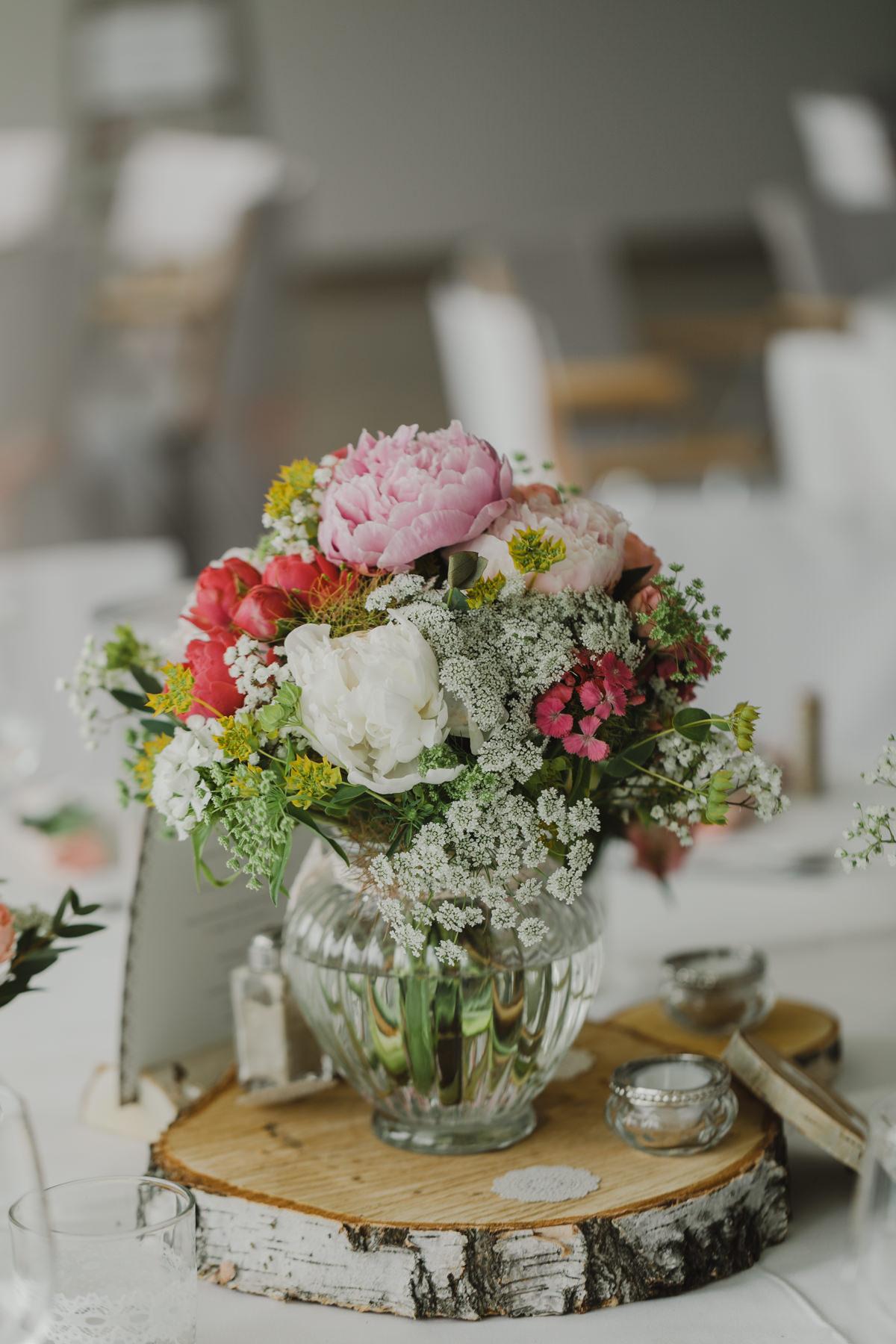 Tischdekoration Hochzeit rustikal Baumscheiben
