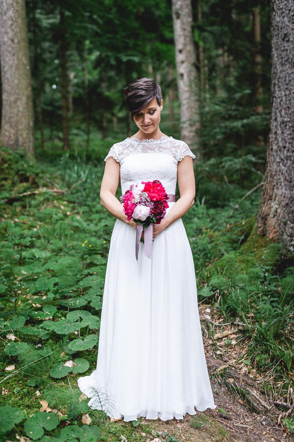 Brautkleid Spitze mit Brautstrauß Pfingstrosen rosa
