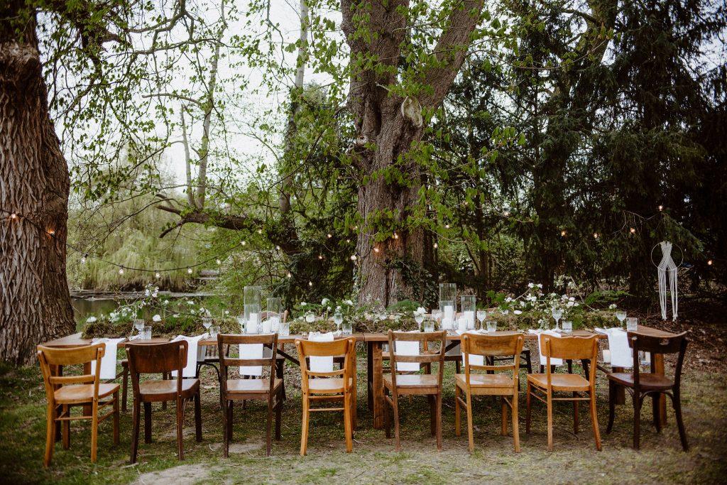 Festtafel im Freien, Hochzeit im Freien mit langer Festtafel unter Lichterketten, Gartenhochzeit mit Lichterketten