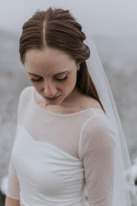 Brautkleid mit langem Schleier Winter