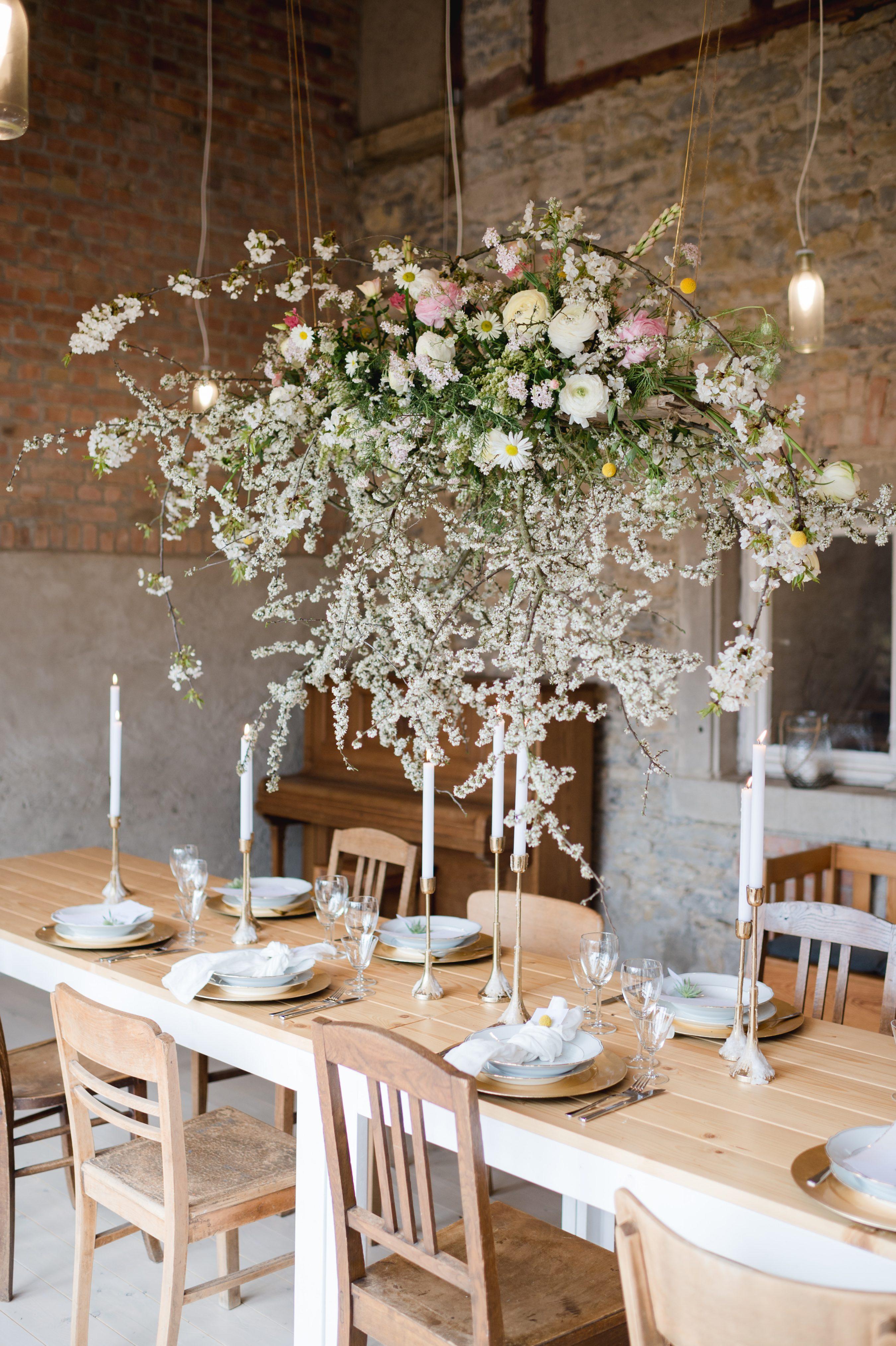 Scheunenhochzeit Dekoration, Heiraten in der Scheune Ideen Tipps, hängende Dekorationen Scheune Hochzeit