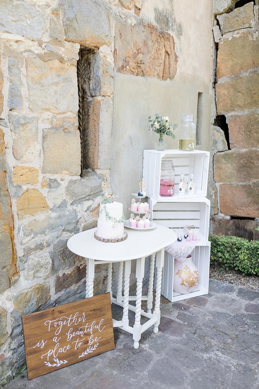 Getränkebar Hochzeit mit Kisten in weiß und rosa, Getränkebar und Sweet Table Hochzeit
