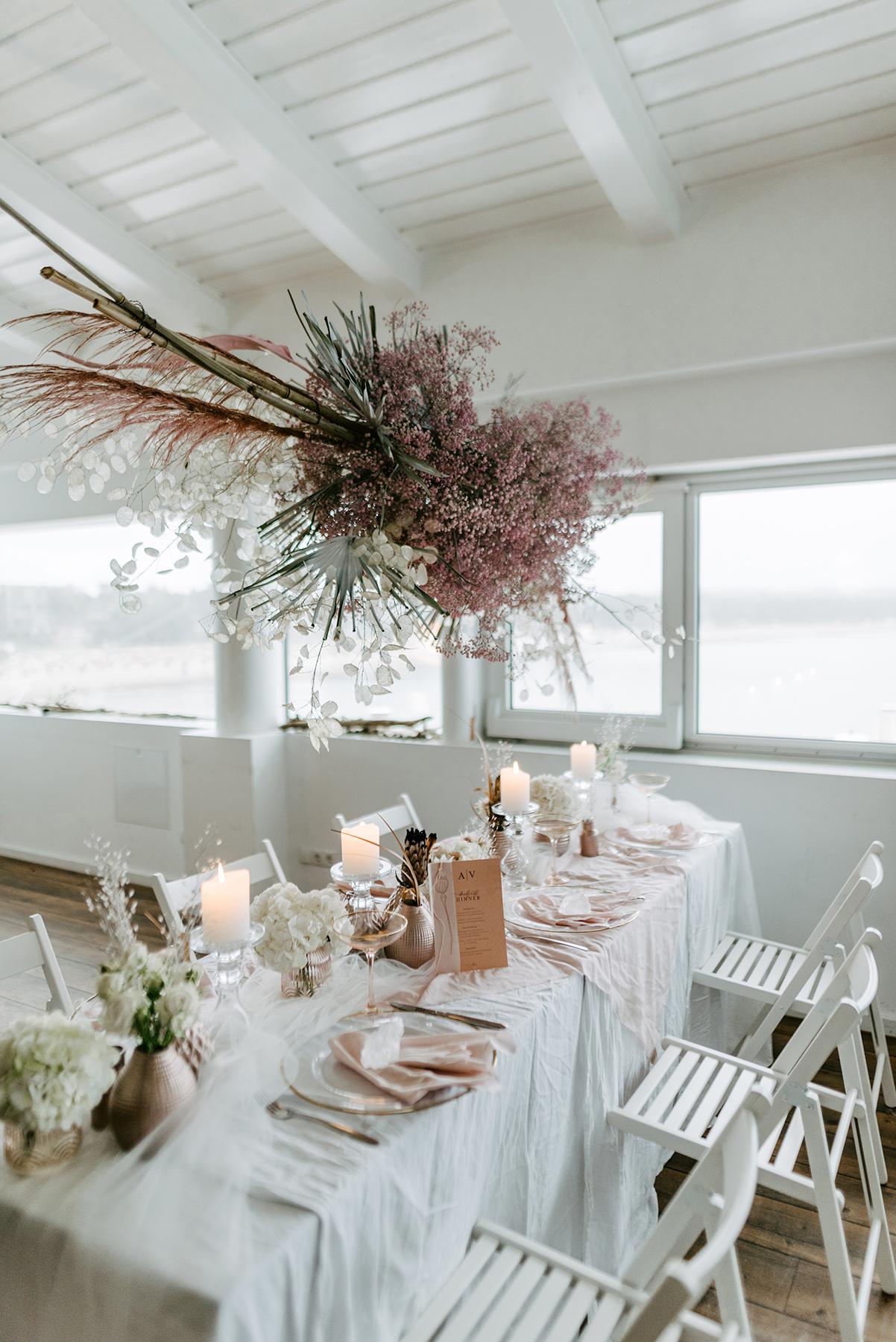 Hochzeit Tischdekoration Hanging garden, Blumenwolke als Tischdeko mit rosa Schleierkraut