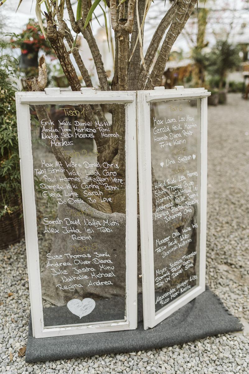 Sitzplan Hochzeit selber machen mit altem Fenster