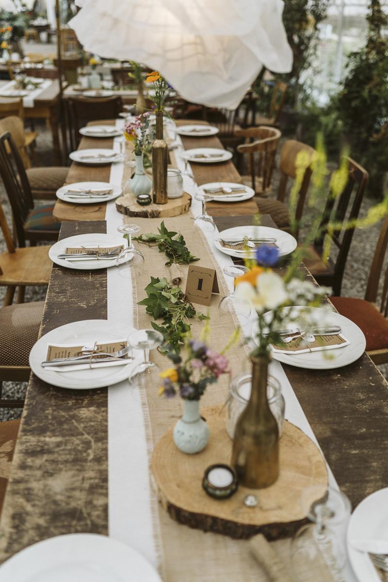 DIY Tischdekoration Hochzeit rustikal mit Baumscheiben