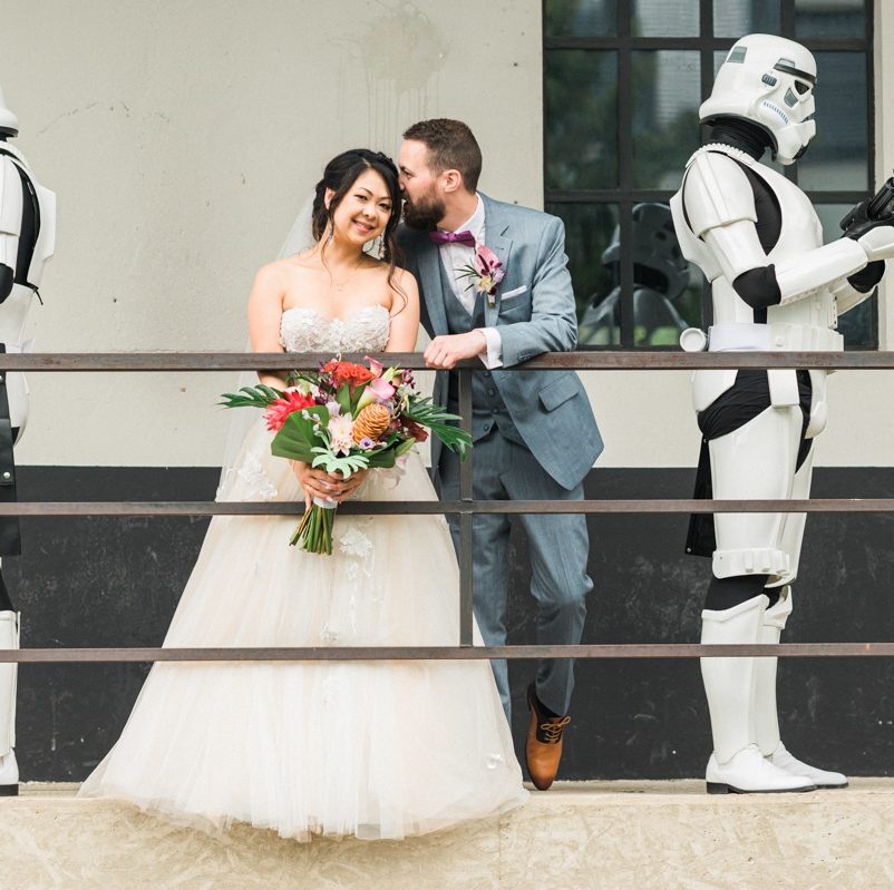 Eine glamouröse Tropical Industrial Wedding mit Star Wars Zitaten