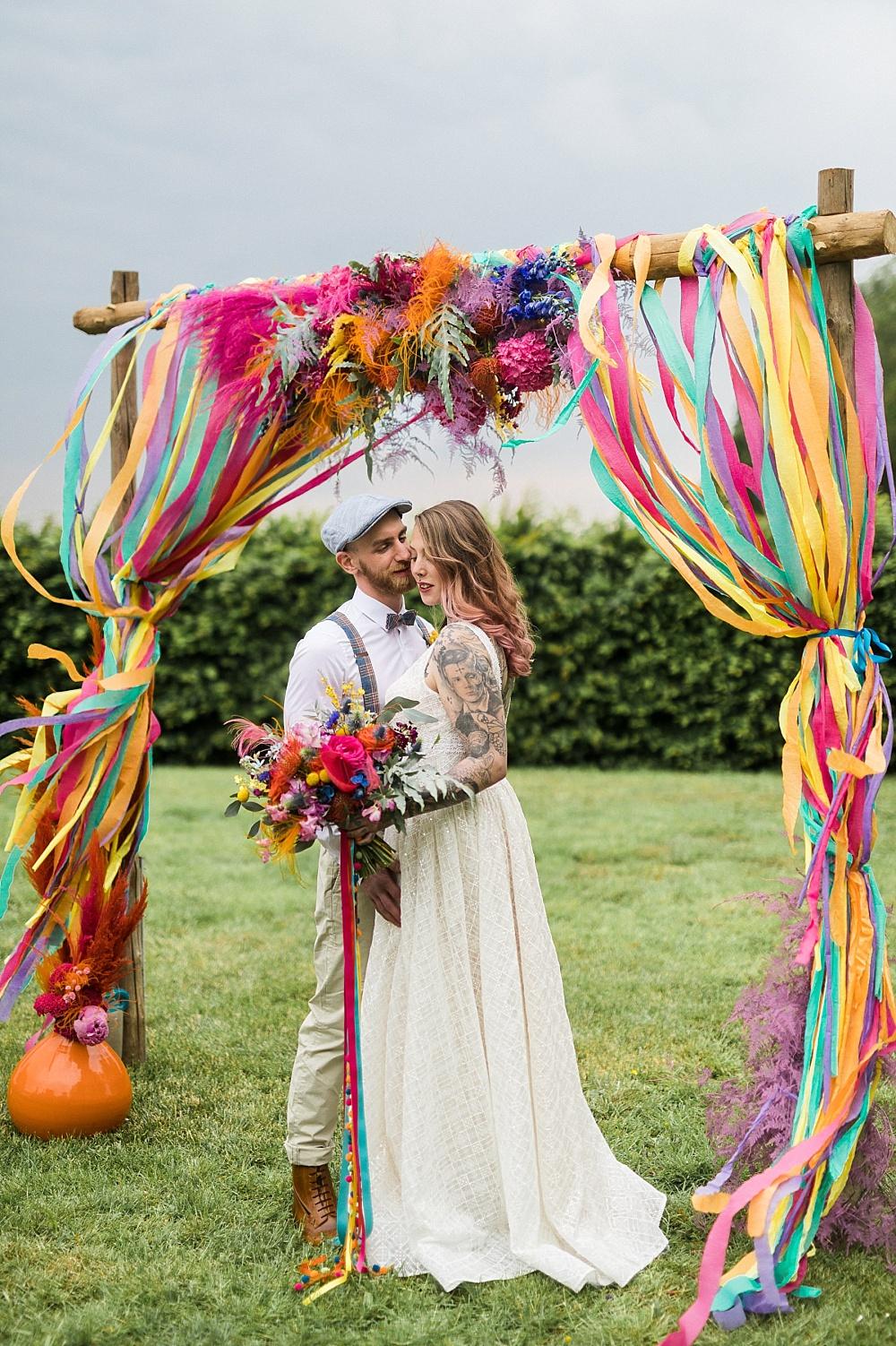 Festival Hochzeit mit Traubogen, bunte Festival Hochzeit, Tattoo Braut