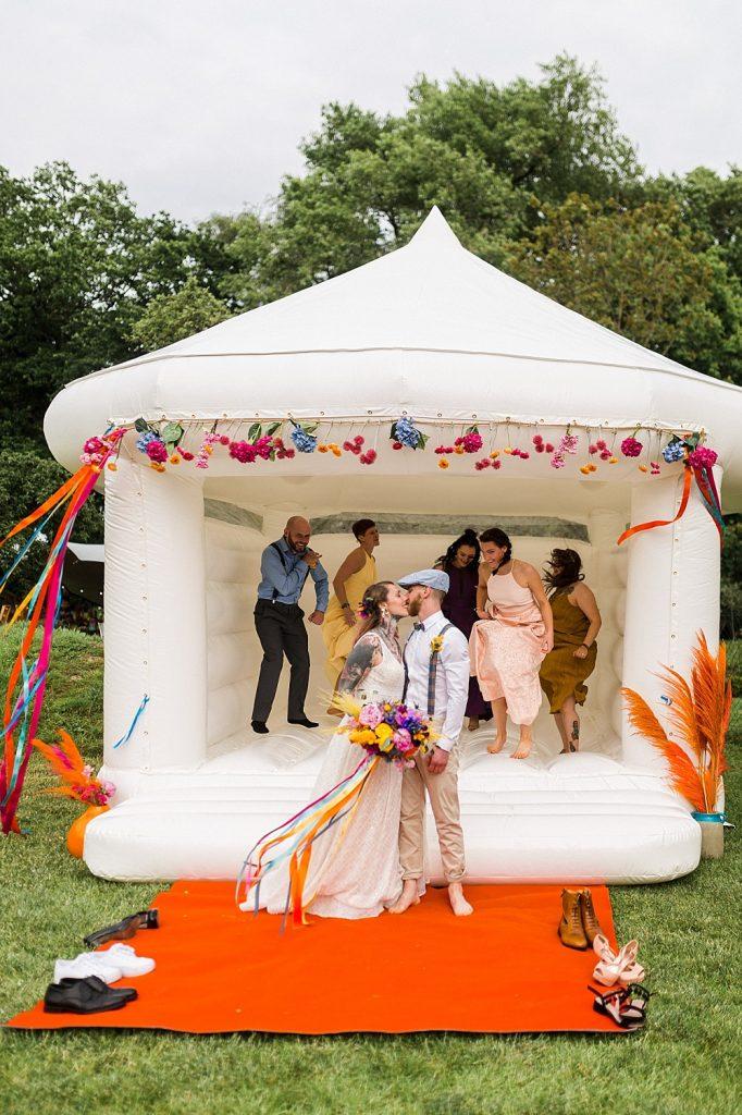 Gartenspiele, Die schönsten Spiele für eine Gartenhochzeit, Spiele Hochzeit Garten, Spiele draußen Hochzeit, Rasenspiele, Hüpfburg, Spiele Hochzeit im Freien