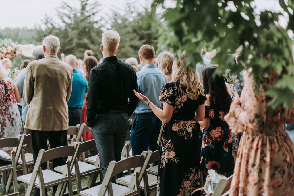 Darf man auf einer Hochzeit Schwarz tragen als Hochzeitsgast?