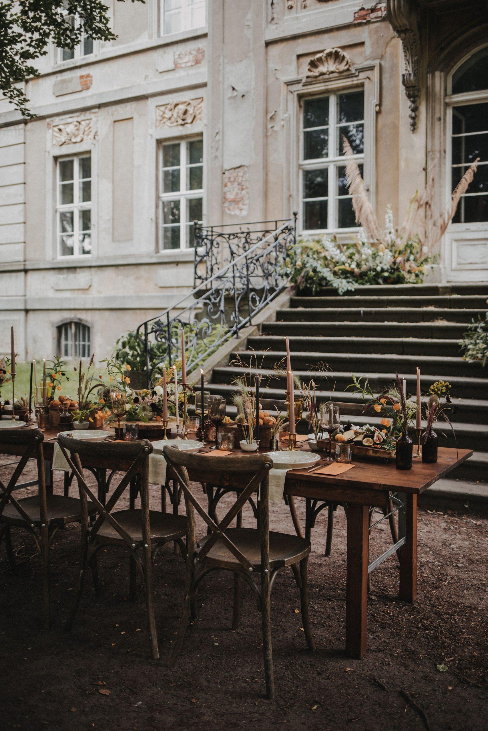 Ideen Hochzeit trotz Corona, Ideen Outdoor Hochzeit, Hochzeit draußen feiern, Hochzeit im Freien, Family Style Dinner Hochzeit  Tischdekoration