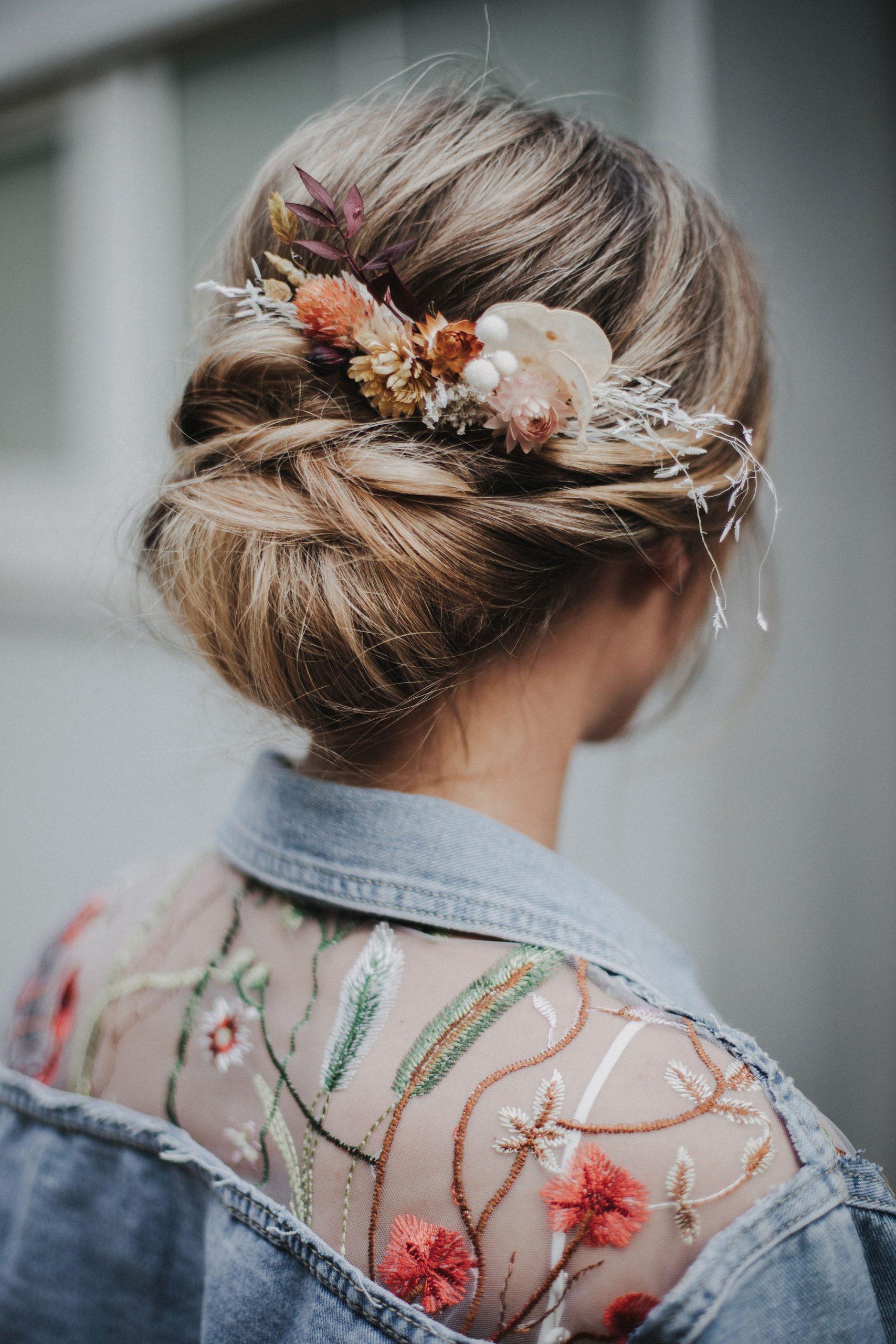 Brautfrisur hochgesteckt mit Trockenblumen