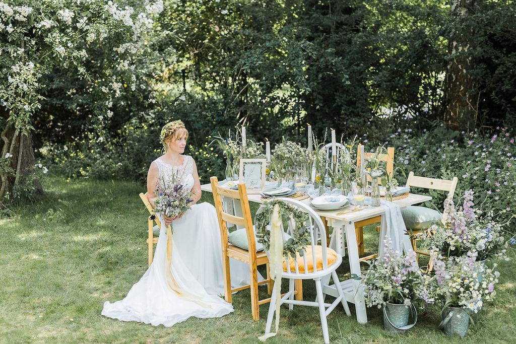 Tischdekoration Gartenhochzeit, Tischdekoration Wiesenblumen, Tischdeko Sommerhochzeit, gelb blau weiß lila Flieder, Gartenhochzeit trotz Corona