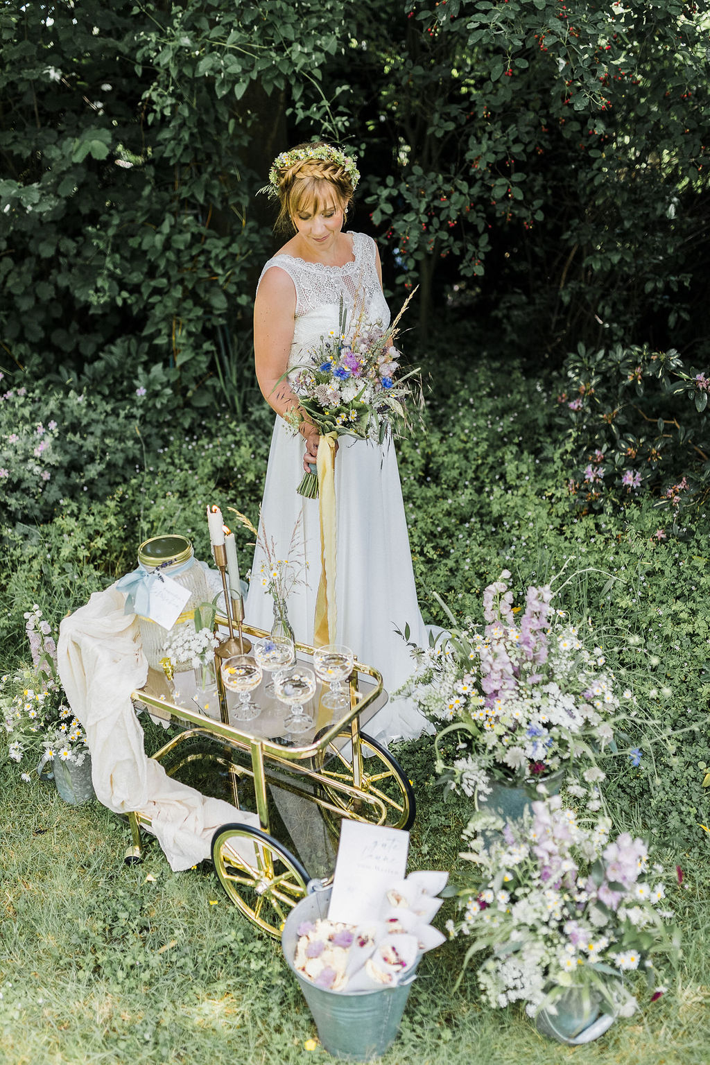 Hochzeit im eigenen Garten, Gartenhochzeit, nachhaltig heiraten, Heiraten zu Hause, Corona Hochzeit, Outdoor Hochzeit, Tiny Wedding, Wiesenblumen, Boho