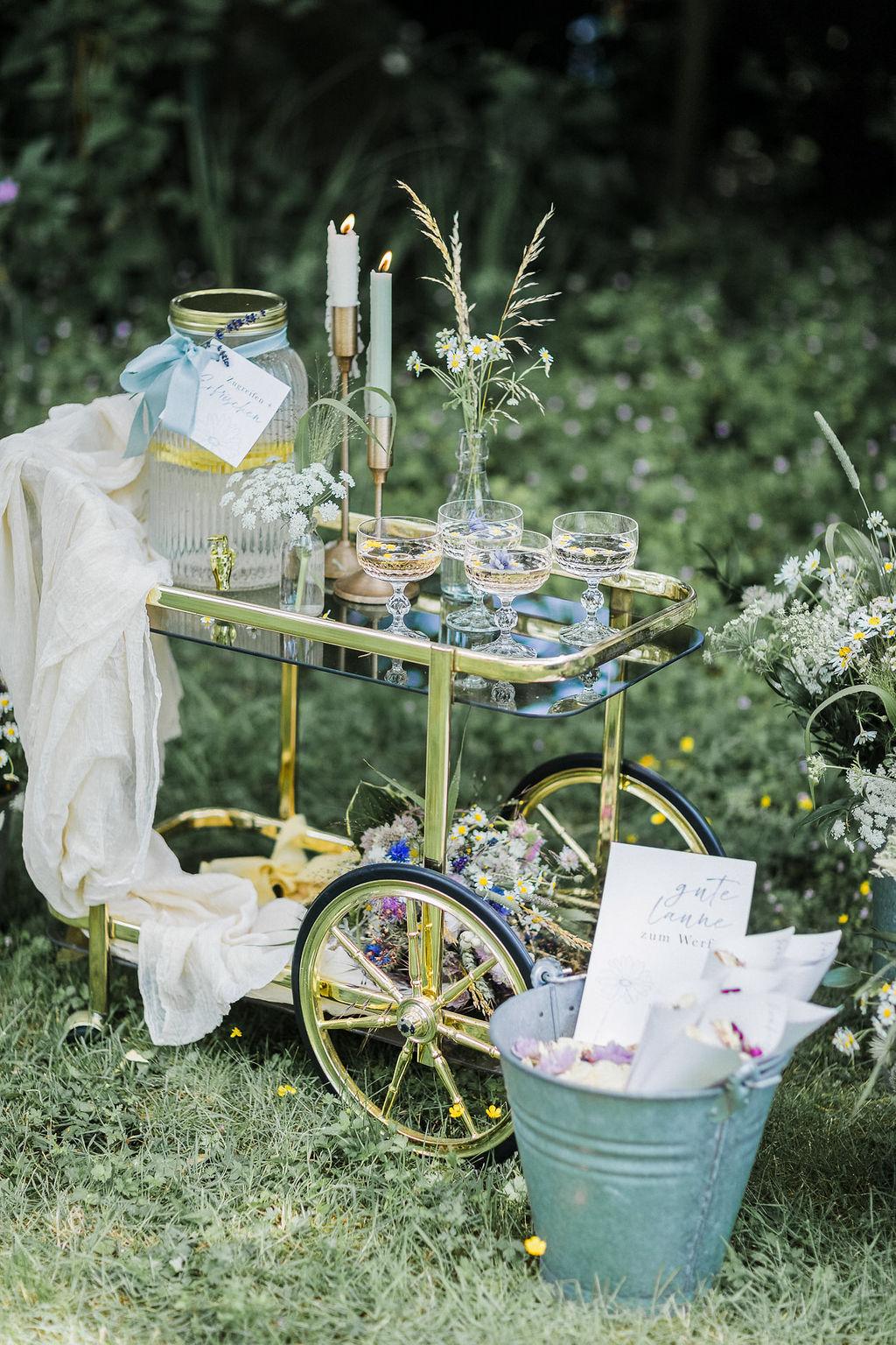 Getränkebar Hochzeit, Hochzeit im eigenen Garten, Gartenhochzeit, nachhaltig heiraten, Heiraten zu Hause, Corona Hochzeit, Outdoor Hochzeit, Tiny Wedding, Wiesenblumen, Boho