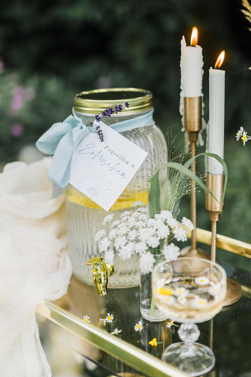 Getränkebar, Hochzeit im eigenen Garten, Gartenhochzeit, nachhaltig heiraten, Heiraten zu Hause, Corona Hochzeit, Outdoor Hochzeit, Tiny Wedding, Wiesenblumen, Boho