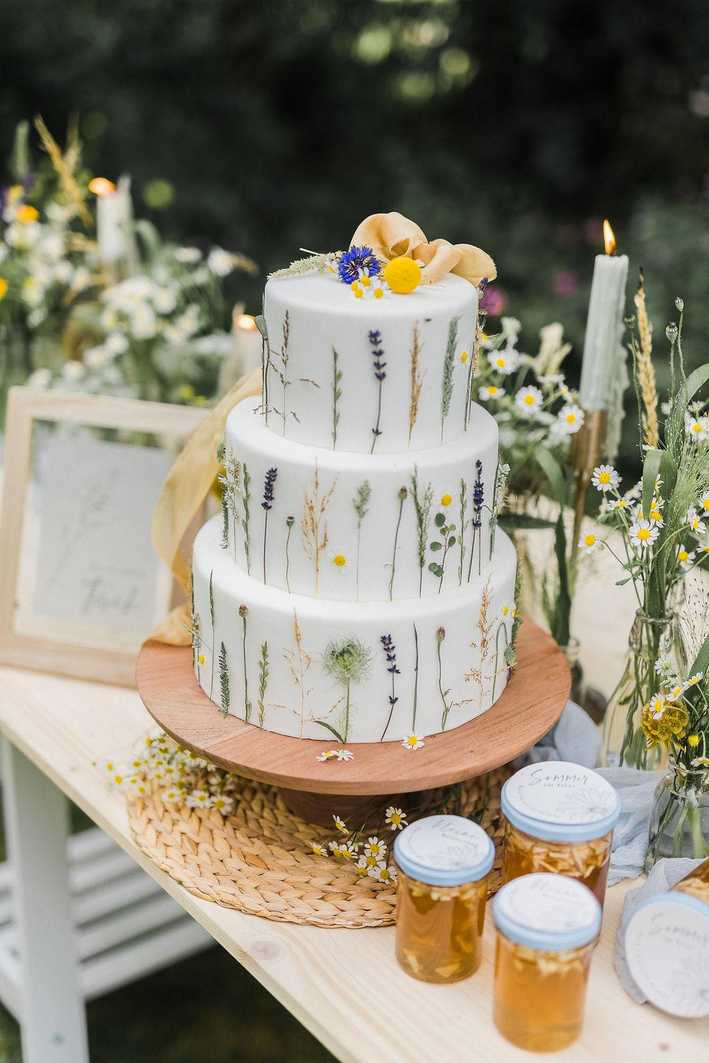 Hochzeitstorte Wiesenblumen, Hochzeitstorte Sommer, Hochzeitstorte gelb, blau weiß