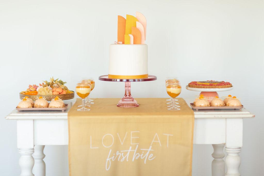 Sweet Table senfgelb rostrot apricot gelb, Hochzeitstorte klein, Mirror Glaze Törtchen