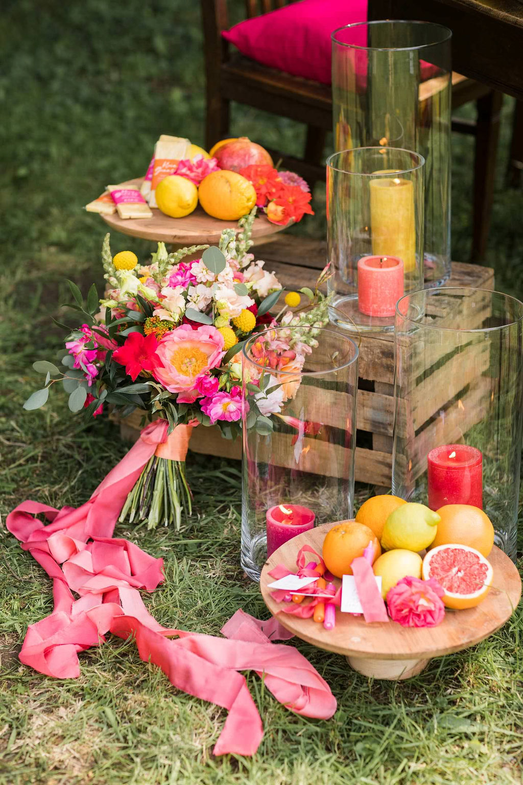 Tischdeko Sommer bunt, Hochzeit Tischdeko bunt, Gartenhochzeit Sommer Tischdeko Ideen bunt, Gartenparty, Sommerfest, Gartenfest, Sommerhochzeit bunte Dekoration, Hochzeitsdeko bunt, Pink, Orange, Gelb Rot