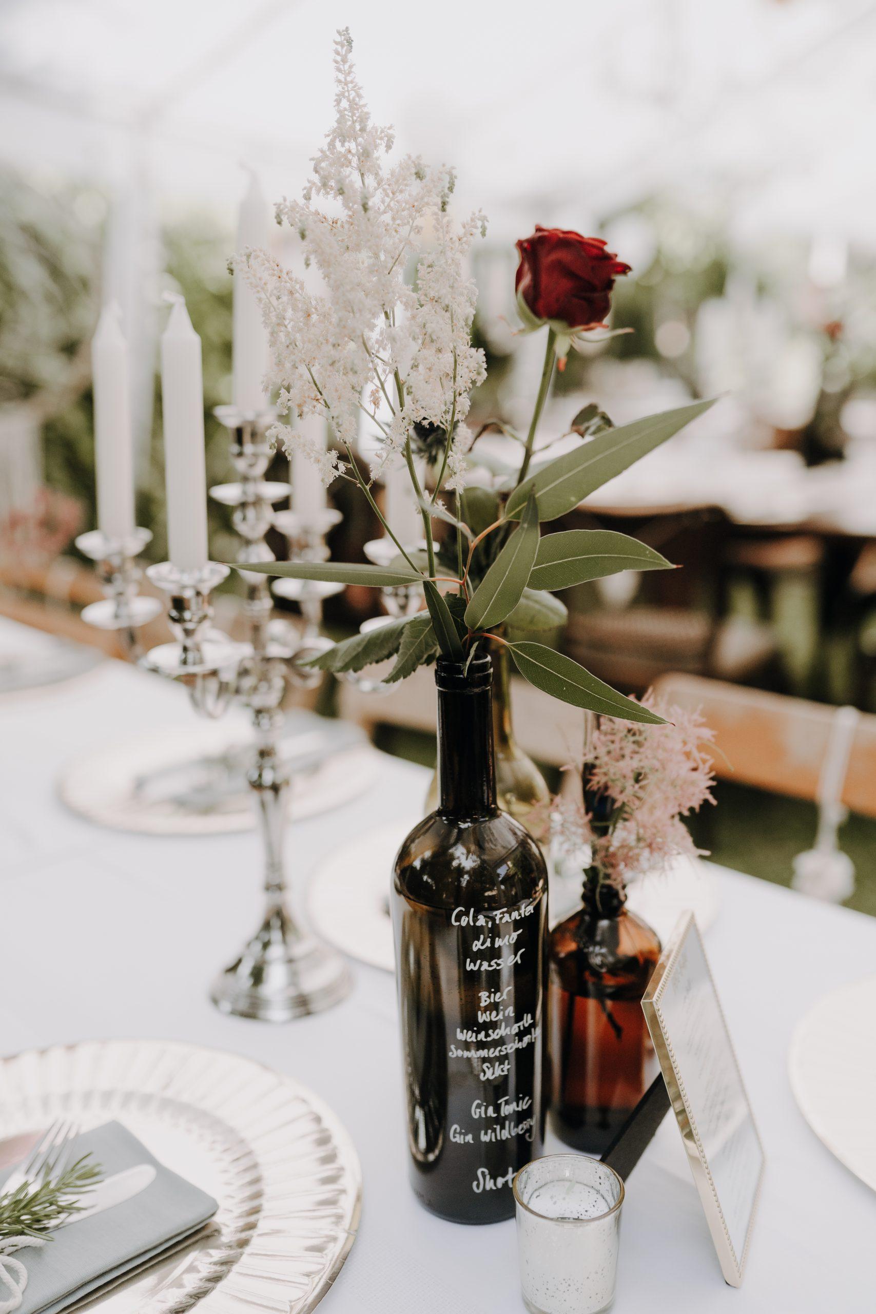 Tischdeko Hochzeit selber machen, Hochzeit im eigenen Garten, Hochzeit feiern im Zelt, Hochzeit Corona im Garten, Gartenhochzeit, Hochzeit im eigenen Garten mit Zelt